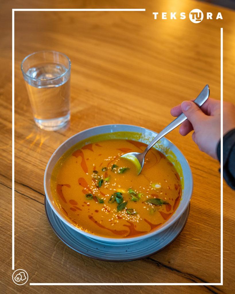 krem-pomidorowy-w-poznaniu-tekstura-lunch