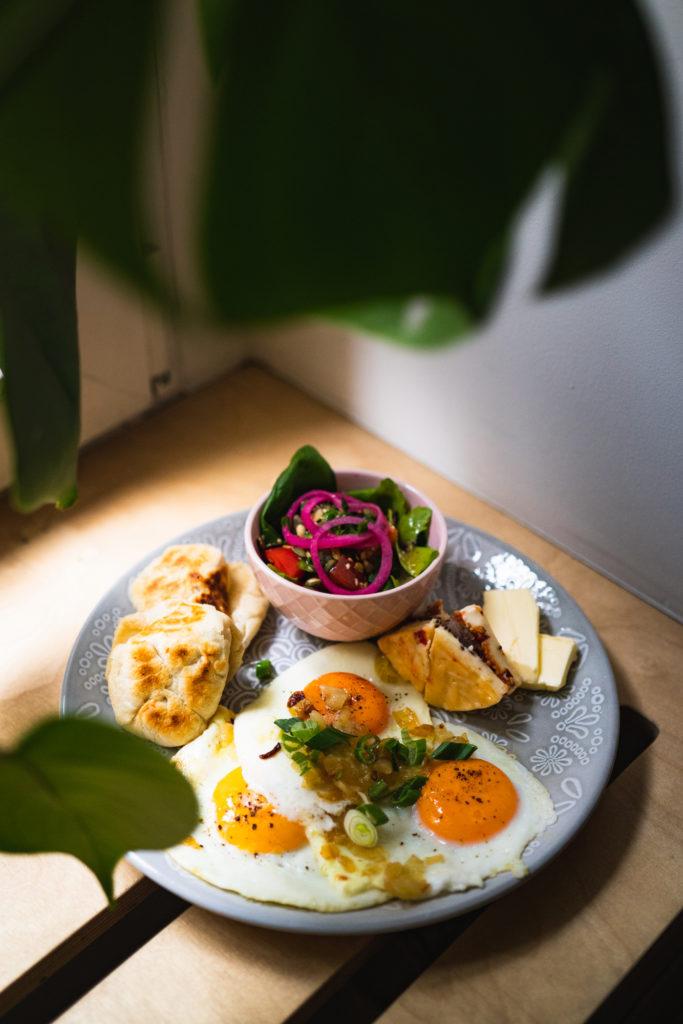 sniadanie-poznan-jezyce-jajka-sadzone
